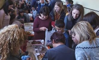 """Ученици от клуб """"Дебати"""" към СУ """"Г. С. Раковски"""", гр. Каолиново се включиха в благотворителен базар."""