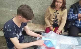 """Нуждаещите се ученици от СУ """"Трайко Симеонов"""", гр. Шумен и ПГСС, гр. Нови пазар получиха таблетите, с които ще се включат в онлайн обучението."""
